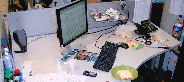 Desordenado escritorio de la computadora