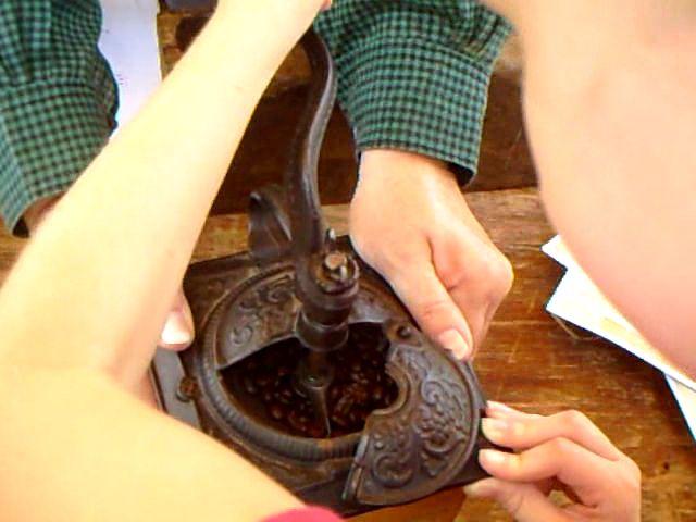 Moler el café a mano