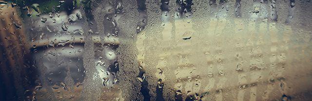 la condensación de humedad interior en la ventana