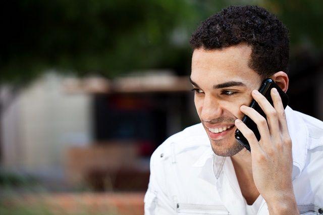 hablando por telefono