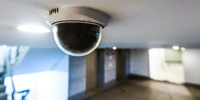 -creativa de seguridad entre la cámara y la documentación