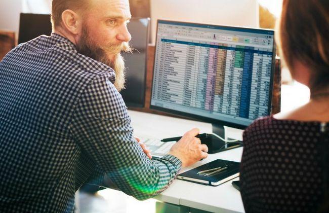 hombre y mujer que trabaja en el ordenador