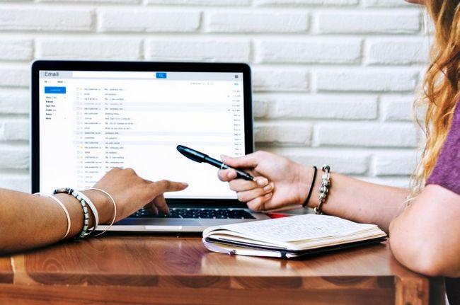 dos mujeres de correo electrónico de trabajo en la computadora portátil