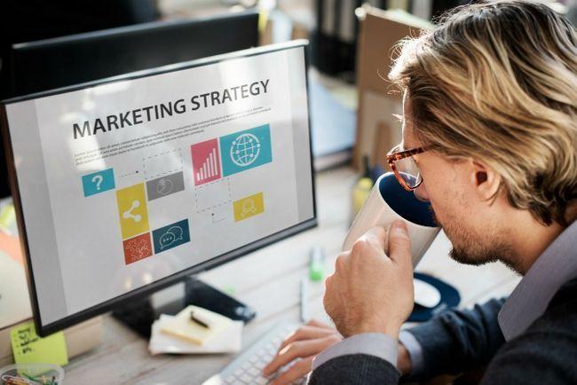 hombre en equipo buscando a la estrategia de marketing