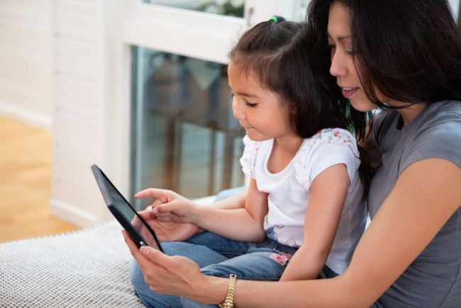 madre e-libro de lectura hija