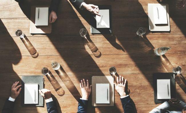 negociación alrededor de la mesa de madera