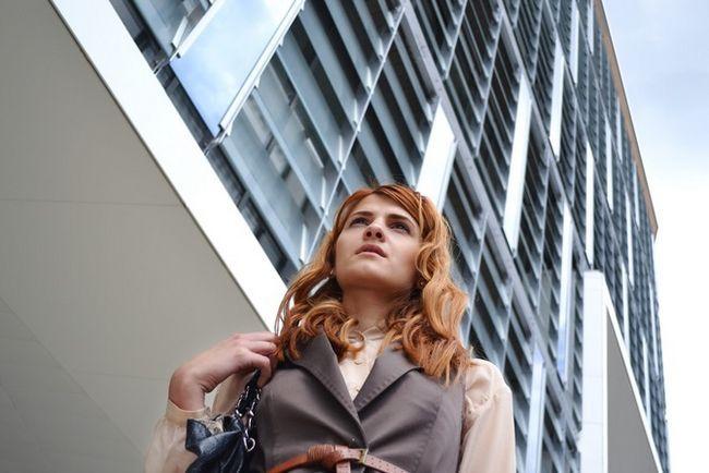 Mujer de negocios bajo el edificio