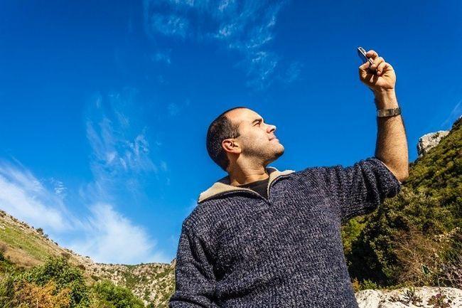 Hombre Buscando señal del teléfono móvil