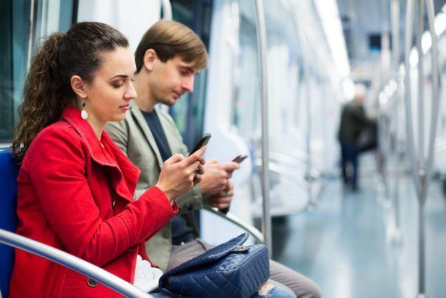 la gente en los teléfonos de metro