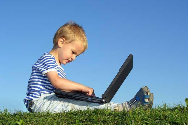 Niño pequeño en la computadora portátil