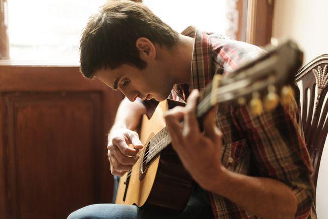 Sirva tocar la guitarra como Hobby