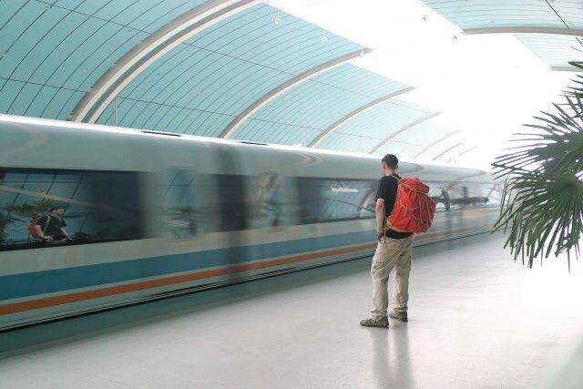 El hombre espera un tren