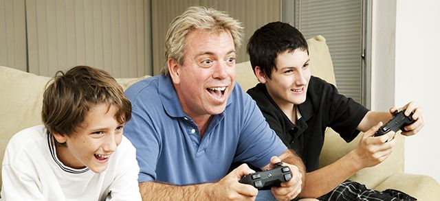 tío juega videojuegos con sus sobrinos