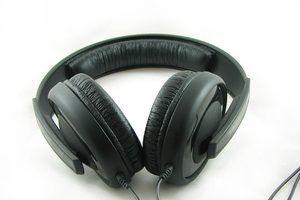 Auriculares de alta calidad o altavoces siempre mejorar la calidad de un ordenador`s audio.