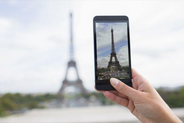 Torre Eiffel foto tomada con un teléfono inteligente
