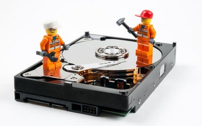 trabajadores del lego en el disco duro abierto