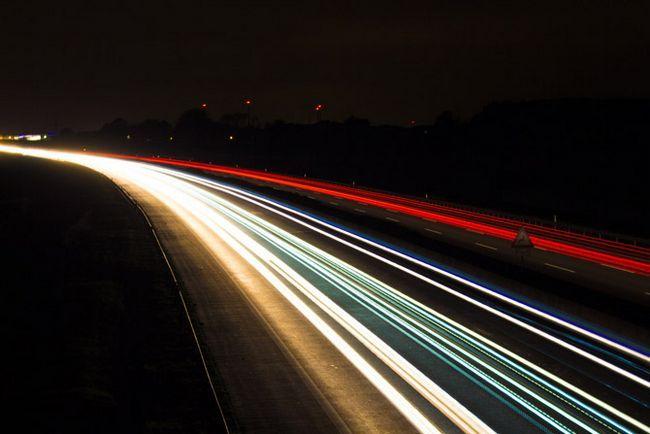 Senderos de luz de coches en la carretera