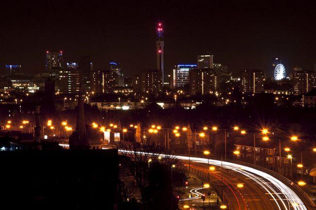 Luz de la noche del paisaje urbano Trails