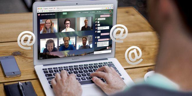 Cómo invitar a alguien a una conferencia de vídeo a través de correo electrónico