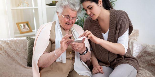 Cómo elegir el teléfono sencillo perfecto para los padres o abuelos