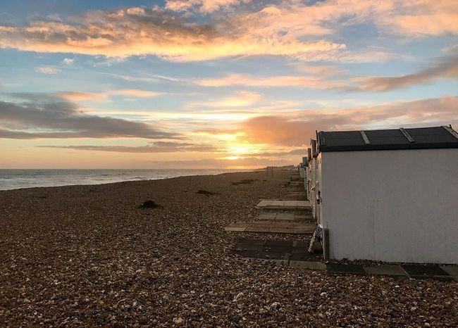 puesta de sol en la playa con cobertizos