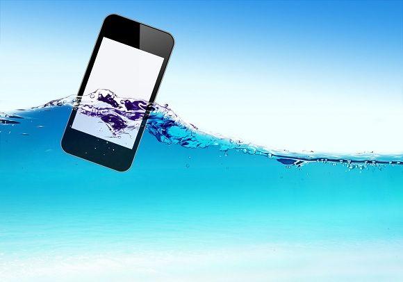 teléfono celular mojado