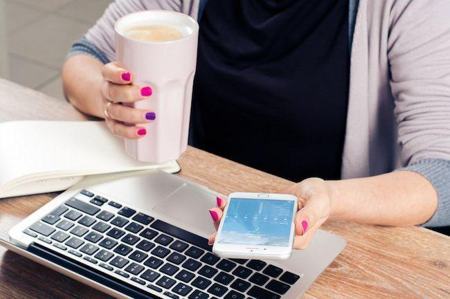 Mujer de tomar café en el teléfono y Mac