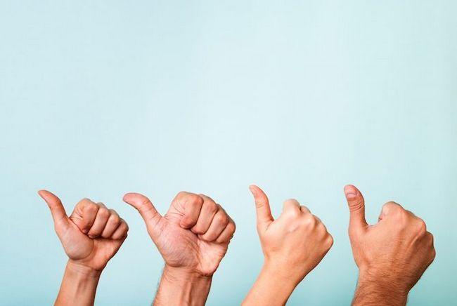 pulgares de las manos hacia arriba