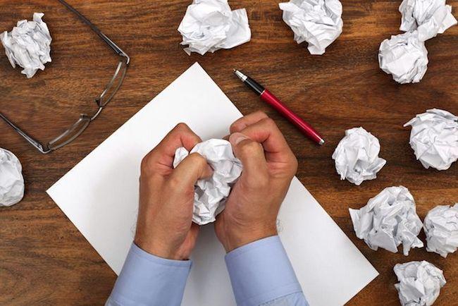 Crumbed manos de papel de escritura