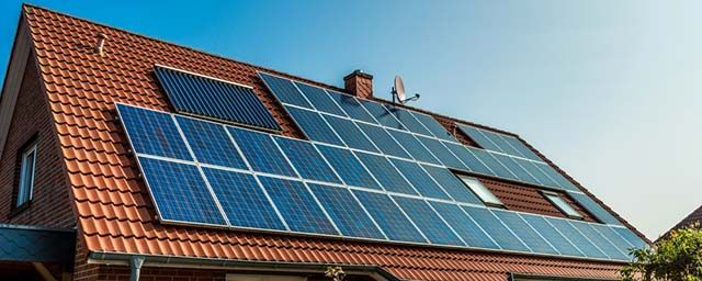 casa-energía-eficiente-Solar-paneles