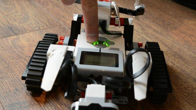 Muo-hardwarereview-Lego Mindstorms-dedo
