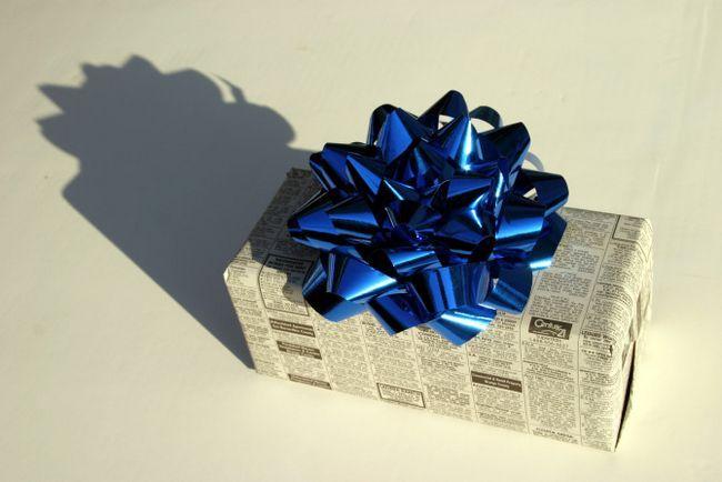 Periódico envuelto regalo