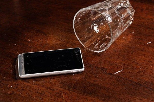 teléfono inteligente de derrame