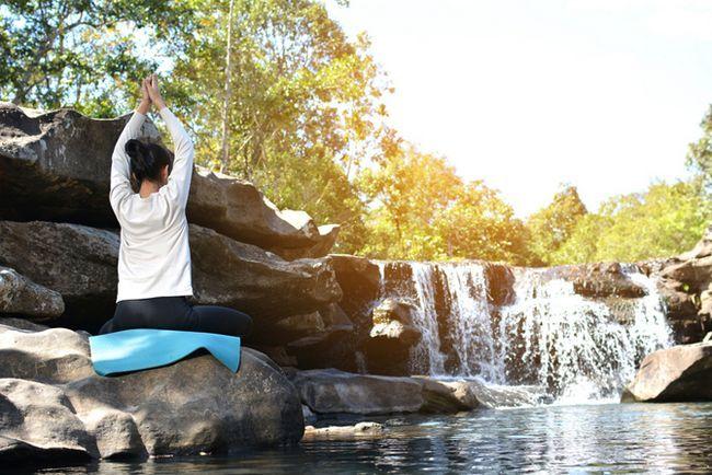 Relajación por la cascada y el lago