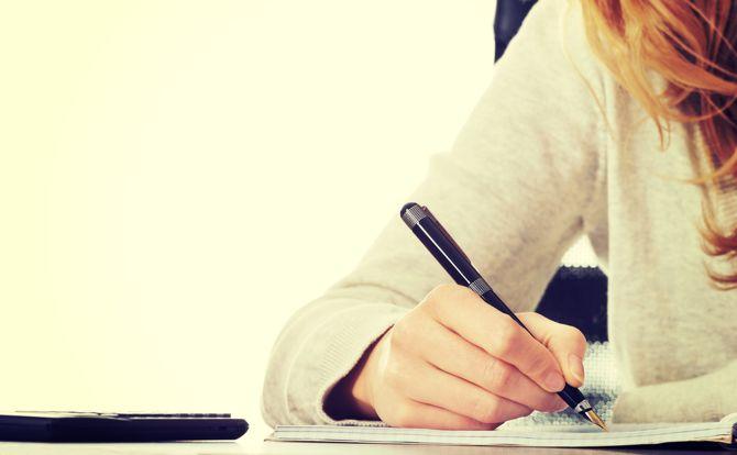 Mujer creativa Escritura en el papel