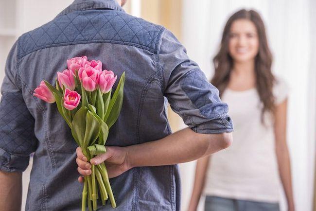 flores de regalo hombre joven