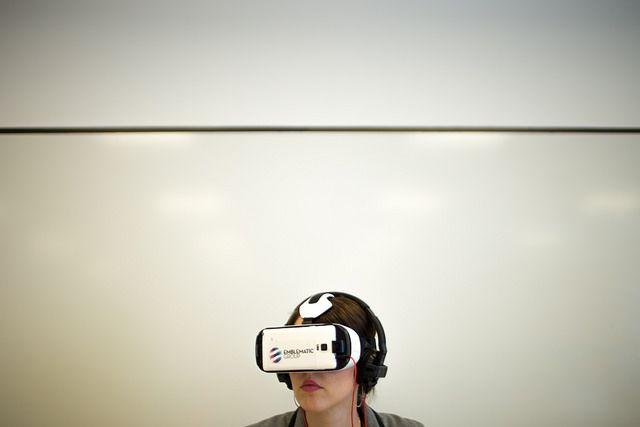 mujer que usa el auricular VR