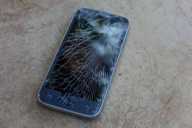 Teléfono con pantalla rota