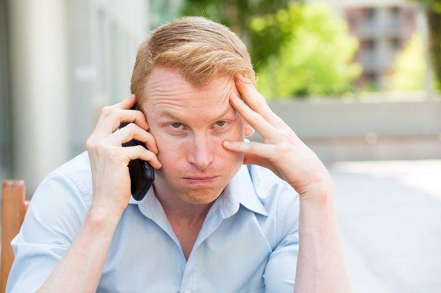 hombre de exasperación en el teléfono