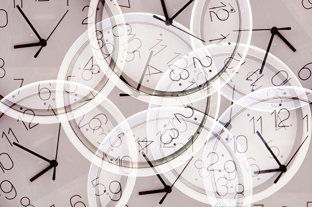 Múltiples exposiciones de relojes en diferentes momentos